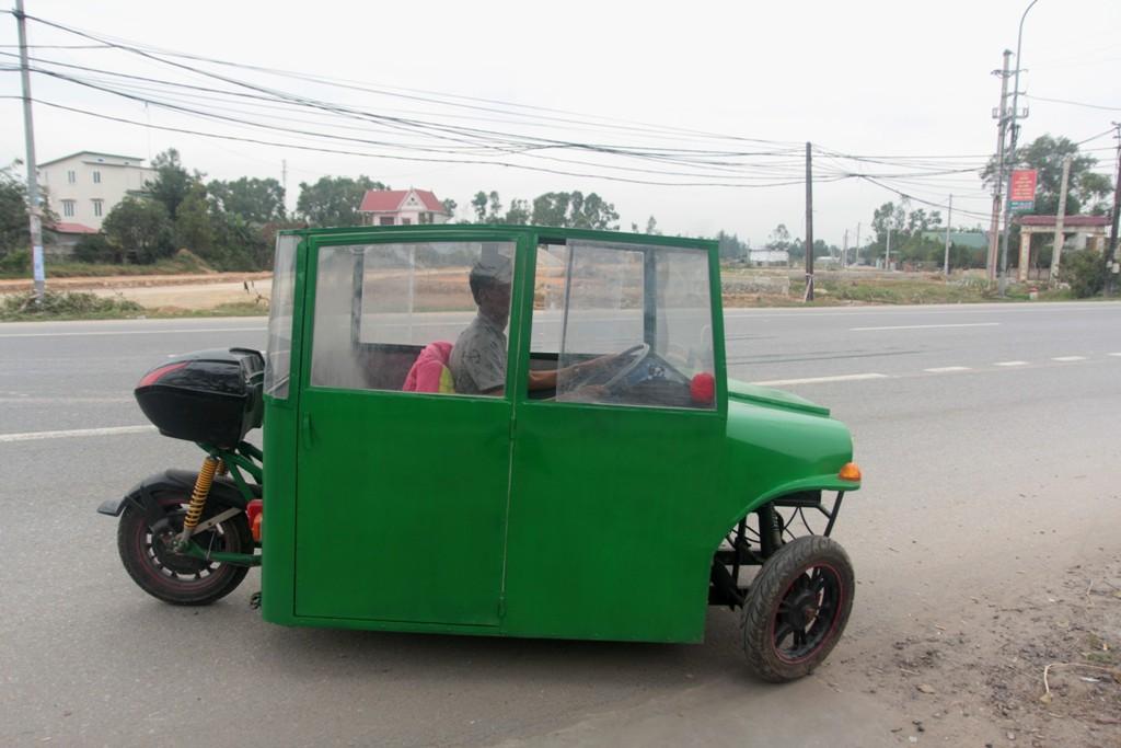 Nghệ An: Người đàn ông tự chế xe ô tô điện giá 15 triệu đồng để chở con gái đi học mỗi ngày - Ảnh 2.