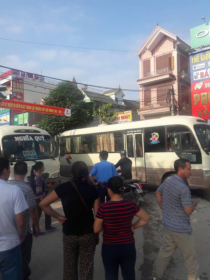 2 xe khách dừng giữa đường để ẩu đả, người dân hoảng sợ bỏ chạy tán loạn - Ảnh 1.