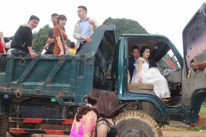 Chào đón con đầu lòng, chú rể chia sẻ lại bộ ảnh kỷ niệm rước dâu bằng xe chở gỗ khiến dân mạng thích thú - Ảnh 2.