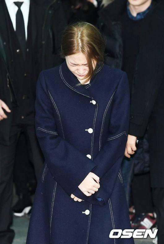 Trong tang lễ Jonghyun, có những người cố nín khóc: Anh cứ an tâm ra đi, chúng em ở lại sẽ cố thay anh mạnh mẽ - Ảnh 26.