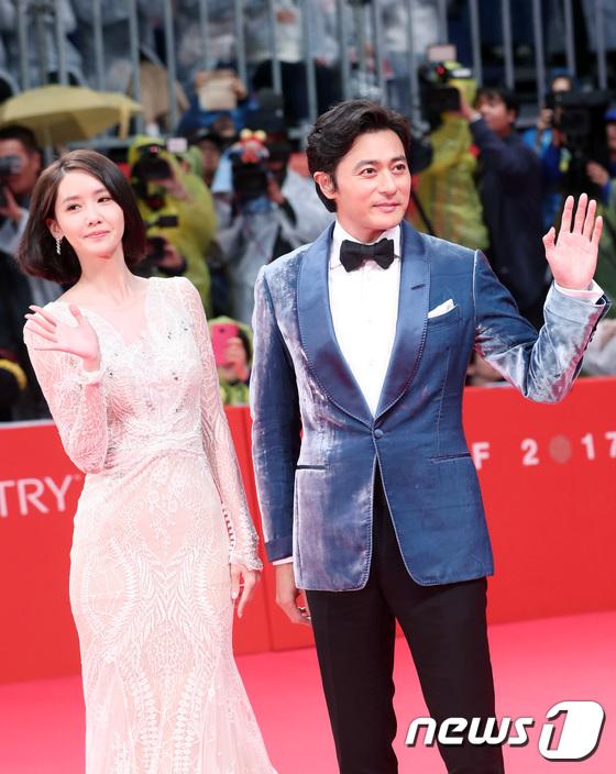 Thảm đỏ hot nhất hôm nay: Yoona khoe lưng trần bên tài tử Jang Dong Gun, sao Vì sao đưa anh tới lộ hàng - Ảnh 1.