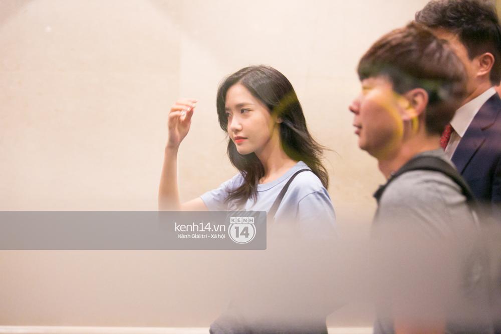 Sau 1 ngày hoạt động liên tục, Yoona vẫn vui vẻ vẫy tay chào tạm biệt fan Việt trước khi trở về Hàn - Ảnh 1.
