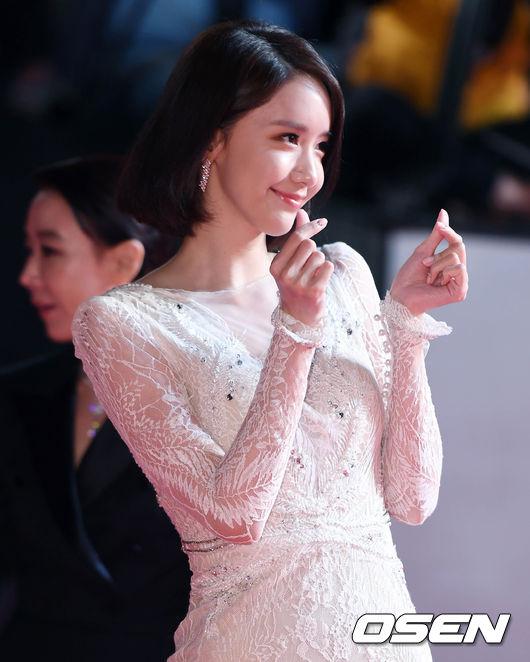 Thảm đỏ hot nhất hôm nay: Yoona khoe lưng trần bên tài tử Jang Dong Gun, sao Vì sao đưa anh tới lộ hàng - Ảnh 5.