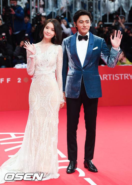 Thảm đỏ hot nhất hôm nay: Yoona khoe lưng trần bên tài tử Jang Dong Gun, sao Vì sao đưa anh tới lộ hàng - Ảnh 2.