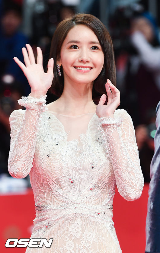Thảm đỏ hot nhất hôm nay: Yoona khoe lưng trần bên tài tử Jang Dong Gun, sao Vì sao đưa anh tới lộ hàng - Ảnh 6.