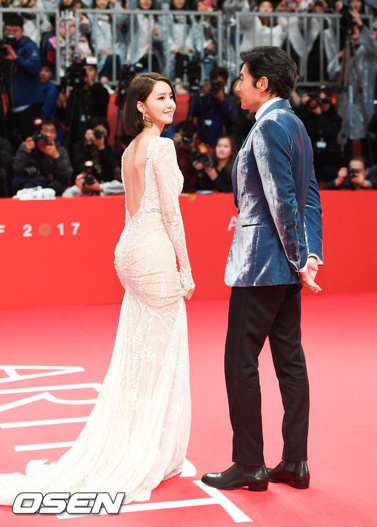Thảm đỏ hot nhất hôm nay: Yoona khoe lưng trần bên tài tử Jang Dong Gun, sao Vì sao đưa anh tới lộ hàng - Ảnh 3.