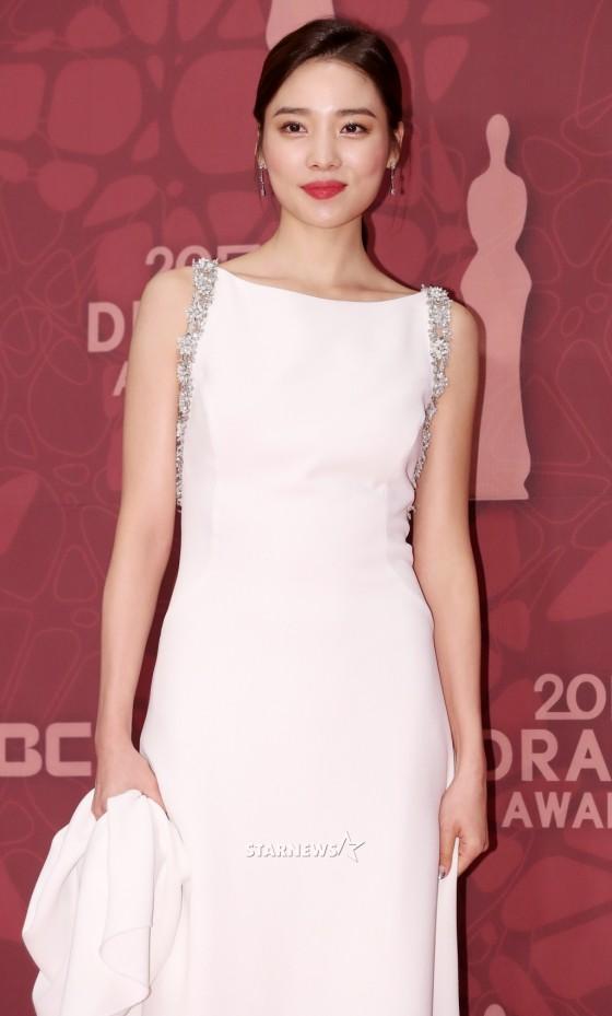 Thảm đỏ MBC Drama Awards hội tụ 30 sao khủng: Rắn độc Hyoyoung cúi người khoe ngực đồ sộ, chấp hết dàn mỹ nhân hạng A - Ảnh 46.