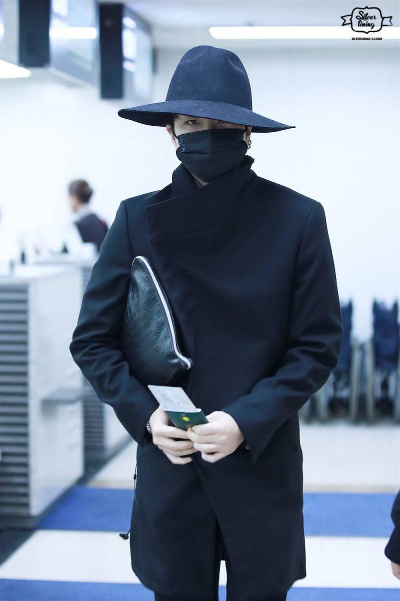 1001 kiểu thời trang sân bay dị như thể sợ không ai nhìn của các nam idol xứ Hàn - Ảnh 10.