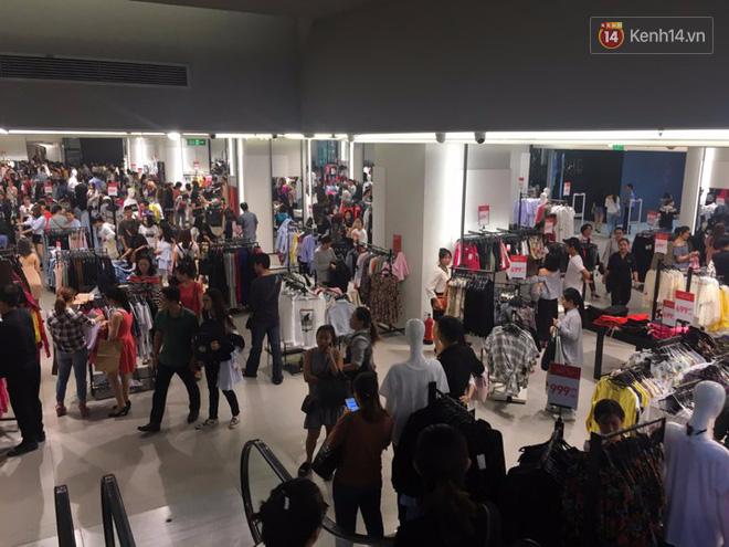 Store Zara ở Sài Gòn chật cứng người mua sắm trong ngày sale đầu tiên - Ảnh 8.
