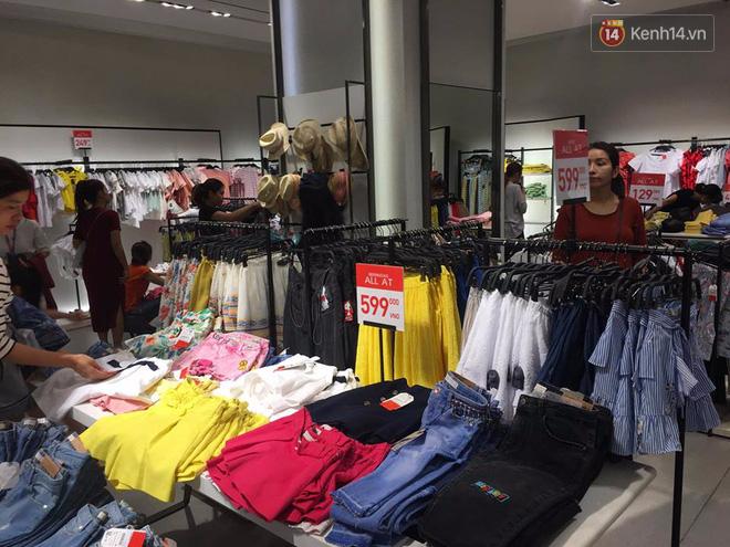 Store Zara ở Sài Gòn chật cứng người mua sắm trong ngày sale đầu tiên - Ảnh 15.