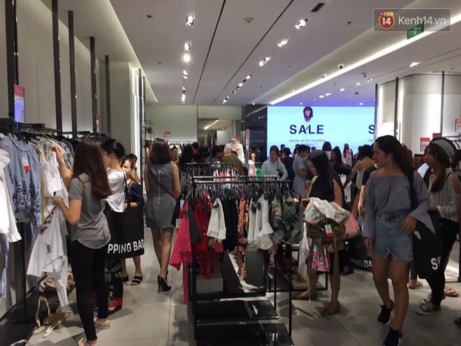Store Zara ở Sài Gòn chật cứng người mua sắm trong ngày sale đầu tiên - Ảnh 3.