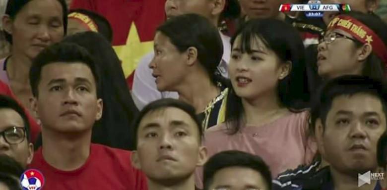 Cộng đồng mạng săn lùng cô cổ động viên xinh đẹp trong trận bóng Việt Nam - Afghanistan - Ảnh 1.