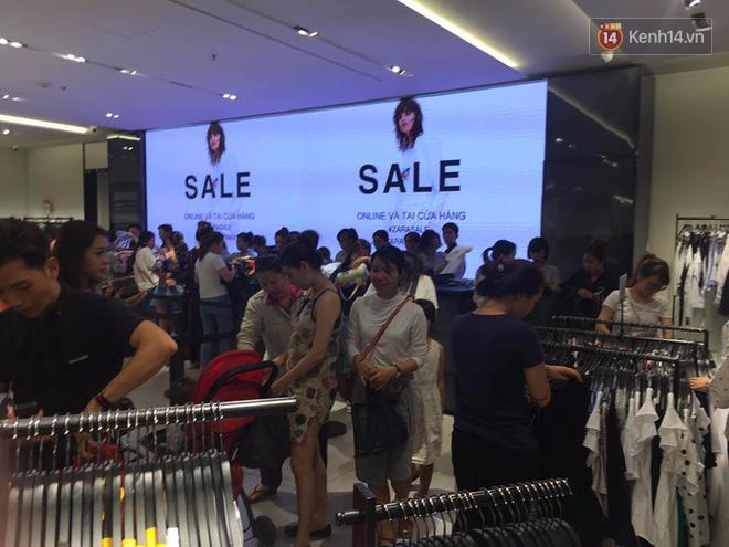 Store Zara ở Sài Gòn chật cứng người mua sắm trong ngày sale đầu tiên - Ảnh 4.