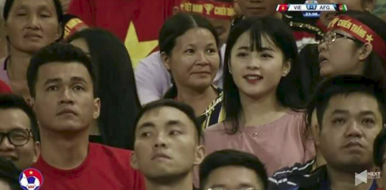 Cộng đồng mạng săn lùng cô cổ động viên xinh đẹp trong trận bóng Việt Nam - Afghanistan - Ảnh 2.