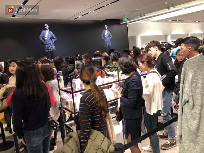 Zara Sài Gòn và Hà Nội đông nghịt, dân tình xếp hàng dài ngay ngày đầu tiên giảm giá - Ảnh 5.