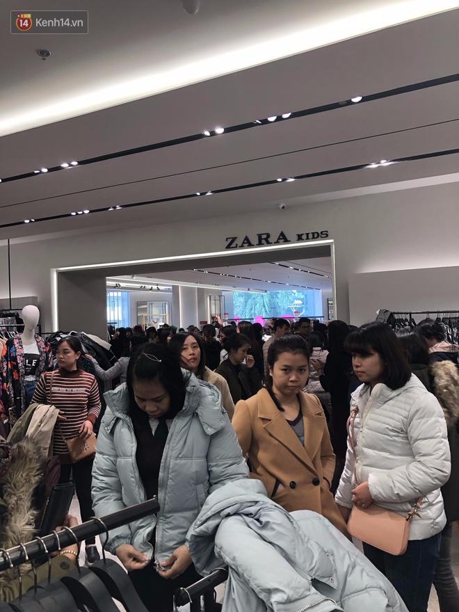 Zara Sài Gòn và Hà Nội đông nghịt, dân tình xếp hàng dài ngay ngày đầu tiên giảm giá - Ảnh 7.
