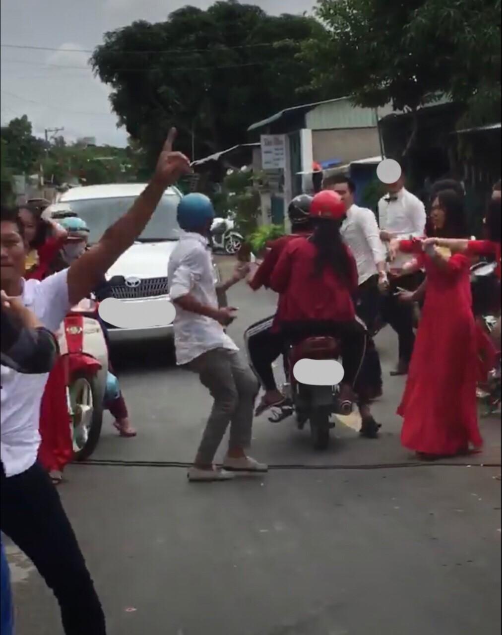Clip: Đám cưới bị vui quá đà ở An Giang, ra cả giữa đường nhảy múa trêu xe tải - Ảnh 3.