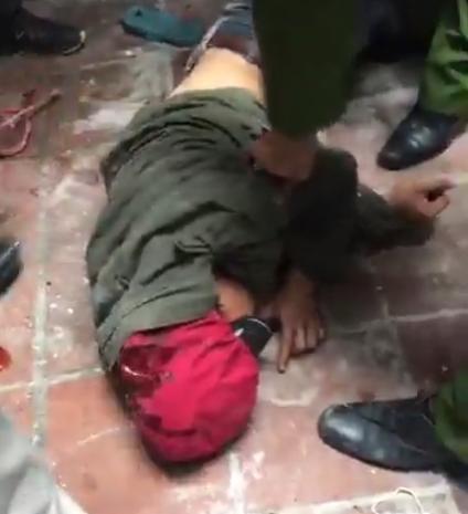 Thanh Hóa: Hàng chục chiến sỹ công an nổ súng, vây bắt kẻ ngáo đá cầm lưỡi lê uy hiếp người phụ nữ - Ảnh 2.
