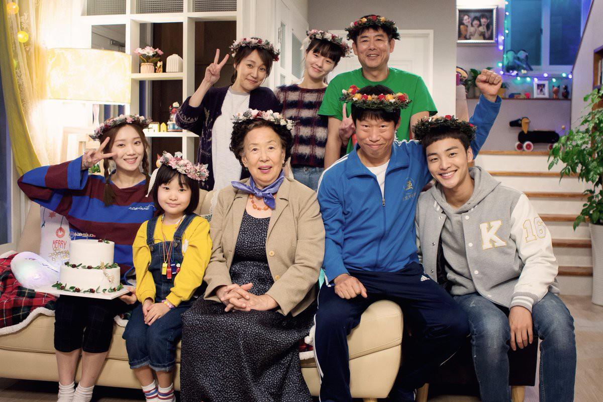 Năm 2018 của Lee Sung Kyung: Cặp kè các đàn anh hơn mình 9 tuổi, 20 tuổi! - Ảnh 2.