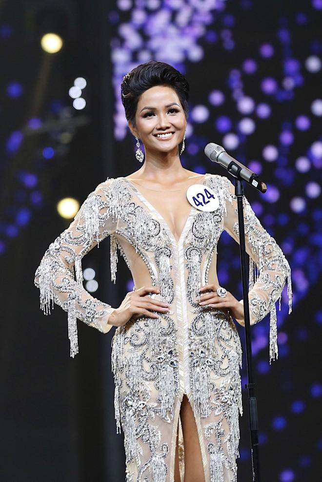 Trước khi đăng quang Hoa hậu, HHen Niê đã là một người mẫu sáng giá với những khoảnh khắc catwalk xuất thần như thế này đây - Ảnh 2.