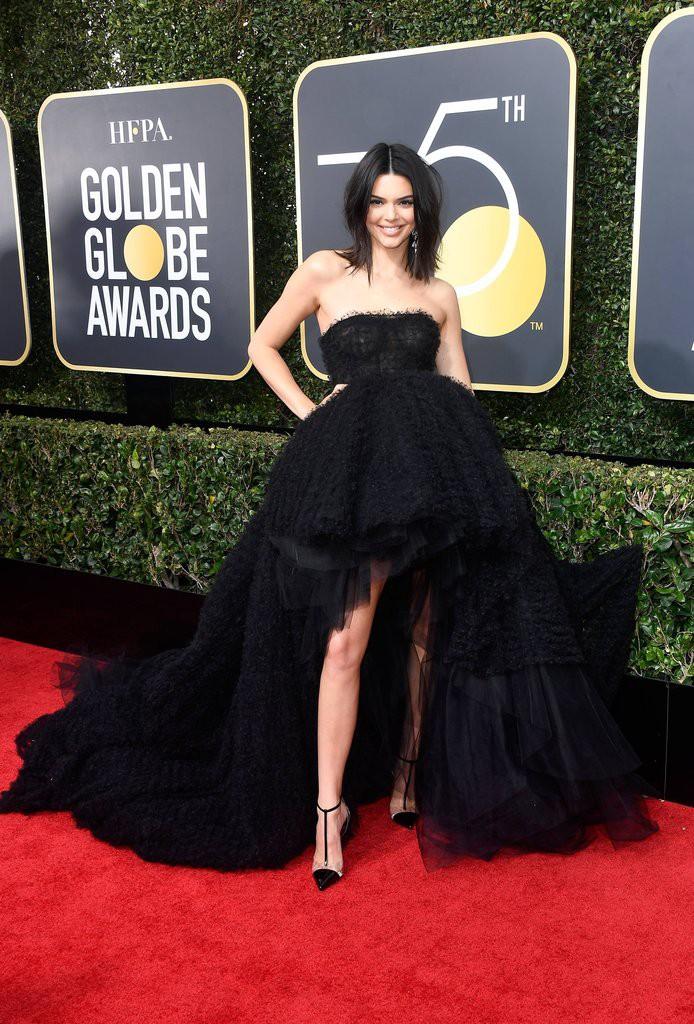 Dù Kendall Jenner lộng lẫy nhất nhì thảm đỏ Quả Cầu Vàng nhưng làn da mụn sần sùi của cô mới là tâm điểm bàn tán - Ảnh 1.