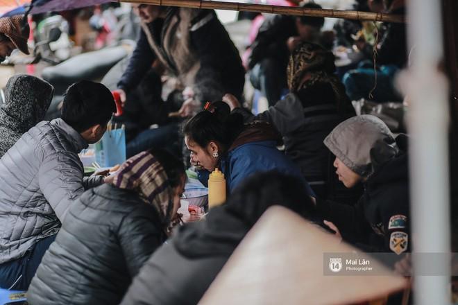 Chùm ảnh: Hà Nội giá rét 10 độ, một chiếc thùng carton hay manh áo mưa cũng khiến người lao động nghèo ấm hơn - Ảnh 11.