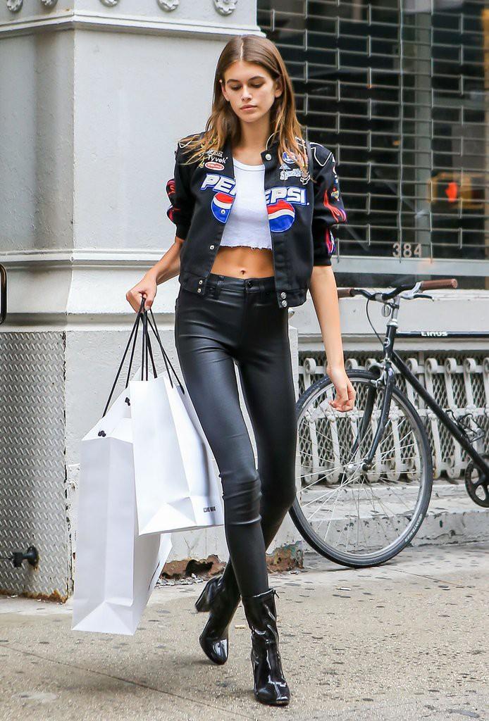 Mới 16 tuổi đã mặc đẹp thế này, Kaia Gerber hẳn sẽ sớm trở thành ngôi sao street style không kém cửa Kendall, Gigi - Ảnh 2.
