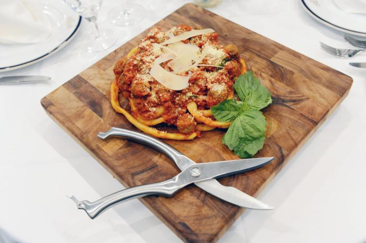 Món mì Ý dài 9m có giá hơn 1 triệu đồng, vừa ăn phải vừa cầm kéo cắt - Ảnh 1.