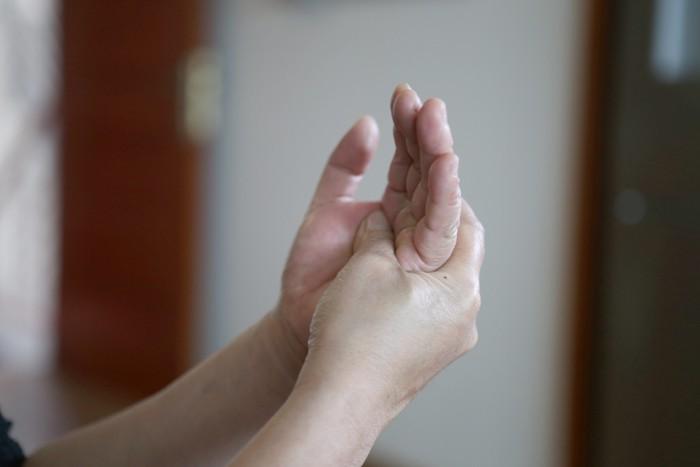Mùa lạnh rất dễ bị đau đầu ngón tay bởi các nguyên nhân dưới đây - Ảnh 1.