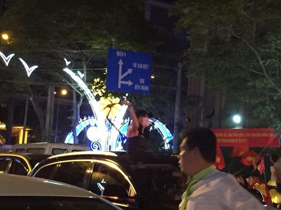 """Giữ đúng lời hứa với fans, Mỹ Tâm xuống đường """"đi bão"""" ăn mừng chiến thắng của U23 Việt Nam - Ảnh 2."""