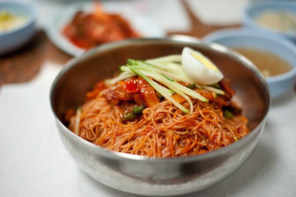 Điểm mặt những món ăn cay xé lưỡi khiến Wanna One và loạt sao Hàn quắn quéo đỏ mặt - Ảnh 1.