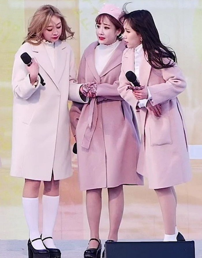 Biểu diễn trong trang phục mỏng manh giữa tiết trời lạnh giá, các idol nữ xứ Hàn khiến nhiều netizen xót xa - Ảnh 4.