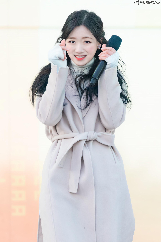 Biểu diễn trong trang phục mỏng manh giữa tiết trời lạnh giá, các idol nữ xứ Hàn khiến nhiều netizen xót xa - Ảnh 2.