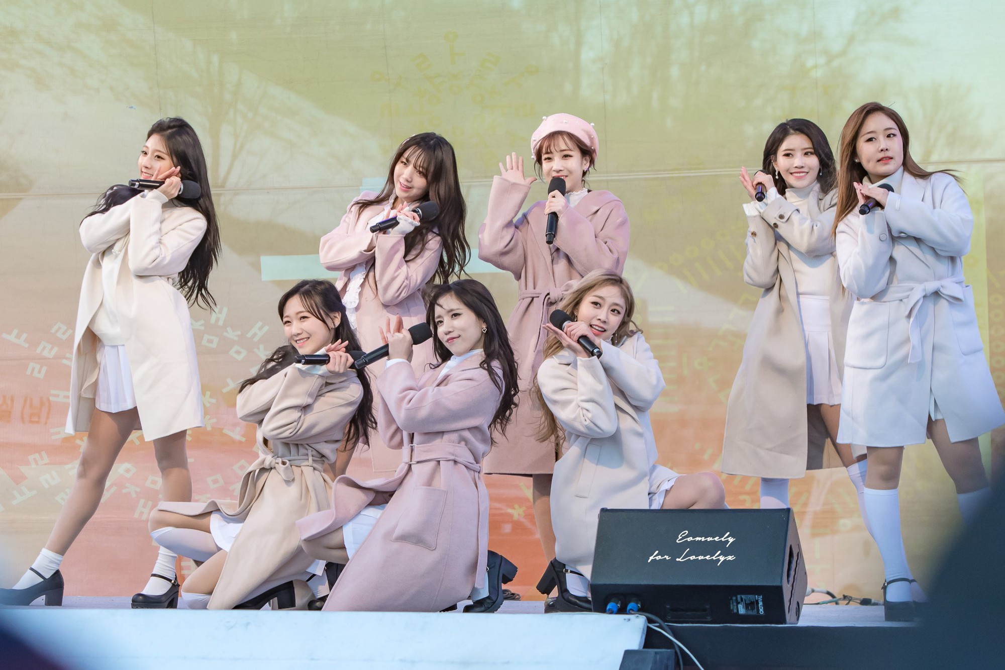 Biểu diễn trong trang phục mỏng manh giữa tiết trời lạnh giá, các idol nữ xứ Hàn khiến nhiều netizen xót xa - Ảnh 1.