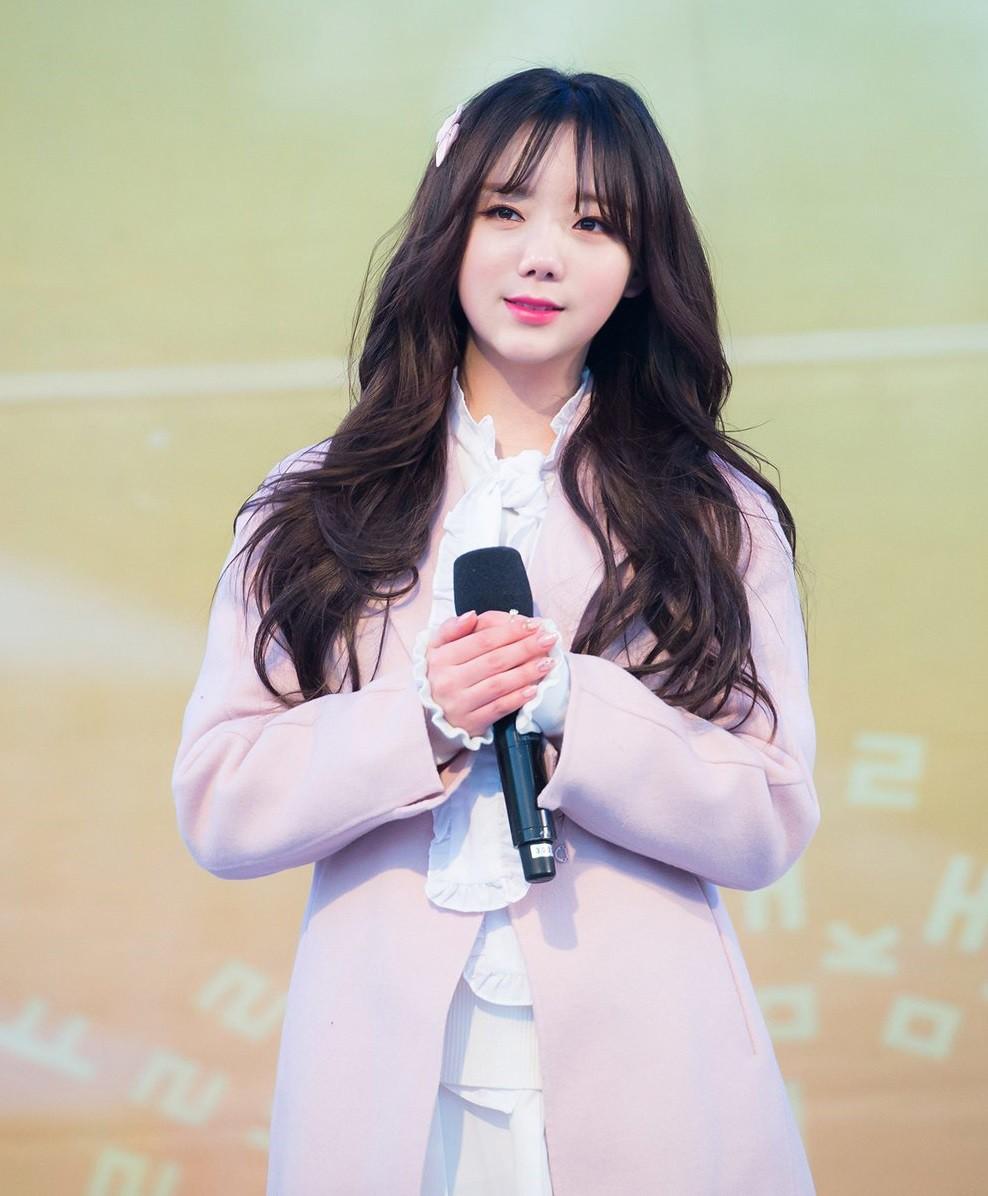 Biểu diễn trong trang phục mỏng manh giữa tiết trời lạnh giá, các idol nữ xứ Hàn khiến nhiều netizen xót xa - Ảnh 3.