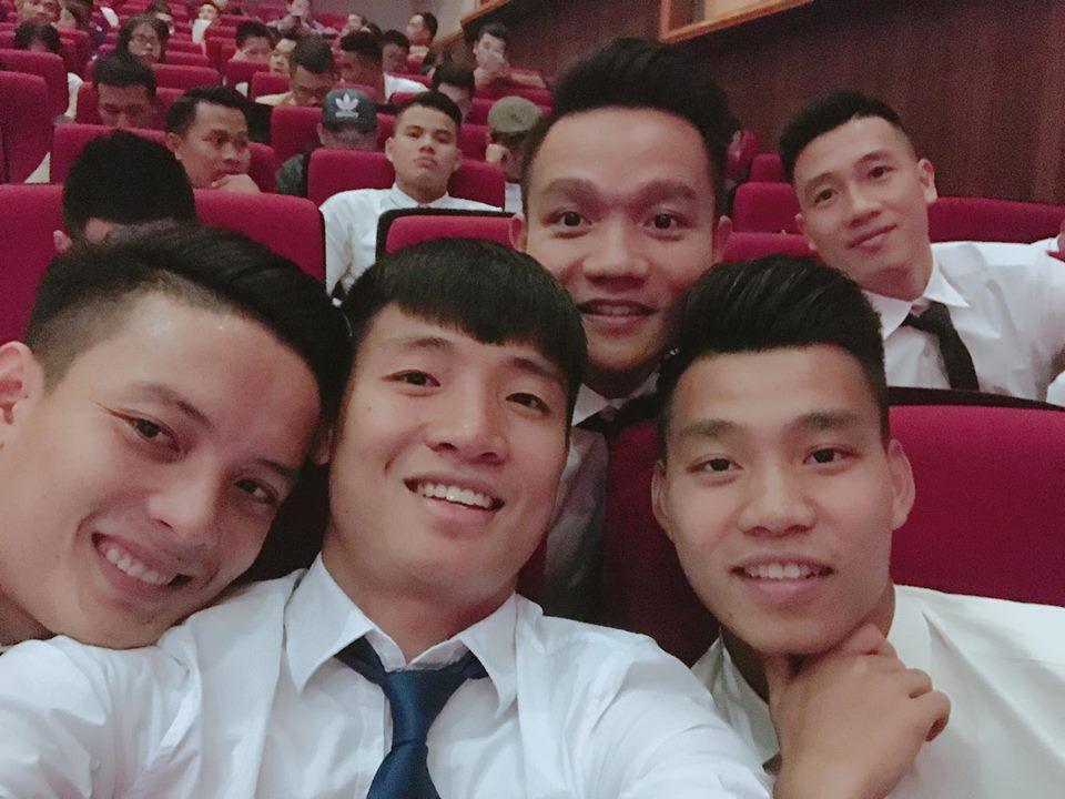 U23 Việt Nam: Chỉ cần diện sơ mi trắng thôi là không cần cưa, cô gái nào cũng đổ! - Ảnh 11.