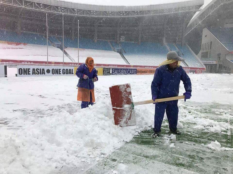 Clip: Cận cảnh tuyết rơi dày trước trận chung kết U23 Việt Nam - U23 Uzbekistan - Ảnh 2.