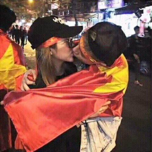Phí Ngọc Hưng lại lộ ảnh hôn môi cô gái mình từng khẳng định là bạn bè - Ảnh 3.