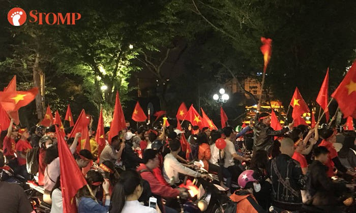 Không khí ăn mừng chiến thắng vui như hội của fan bóng đá Việt Nam tràn