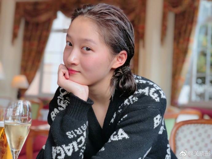 Bỏ lớp makeup, bạn gái Luhan gây bất ngờ với gương mặt mộc đáng mơ ước - Ảnh 1.