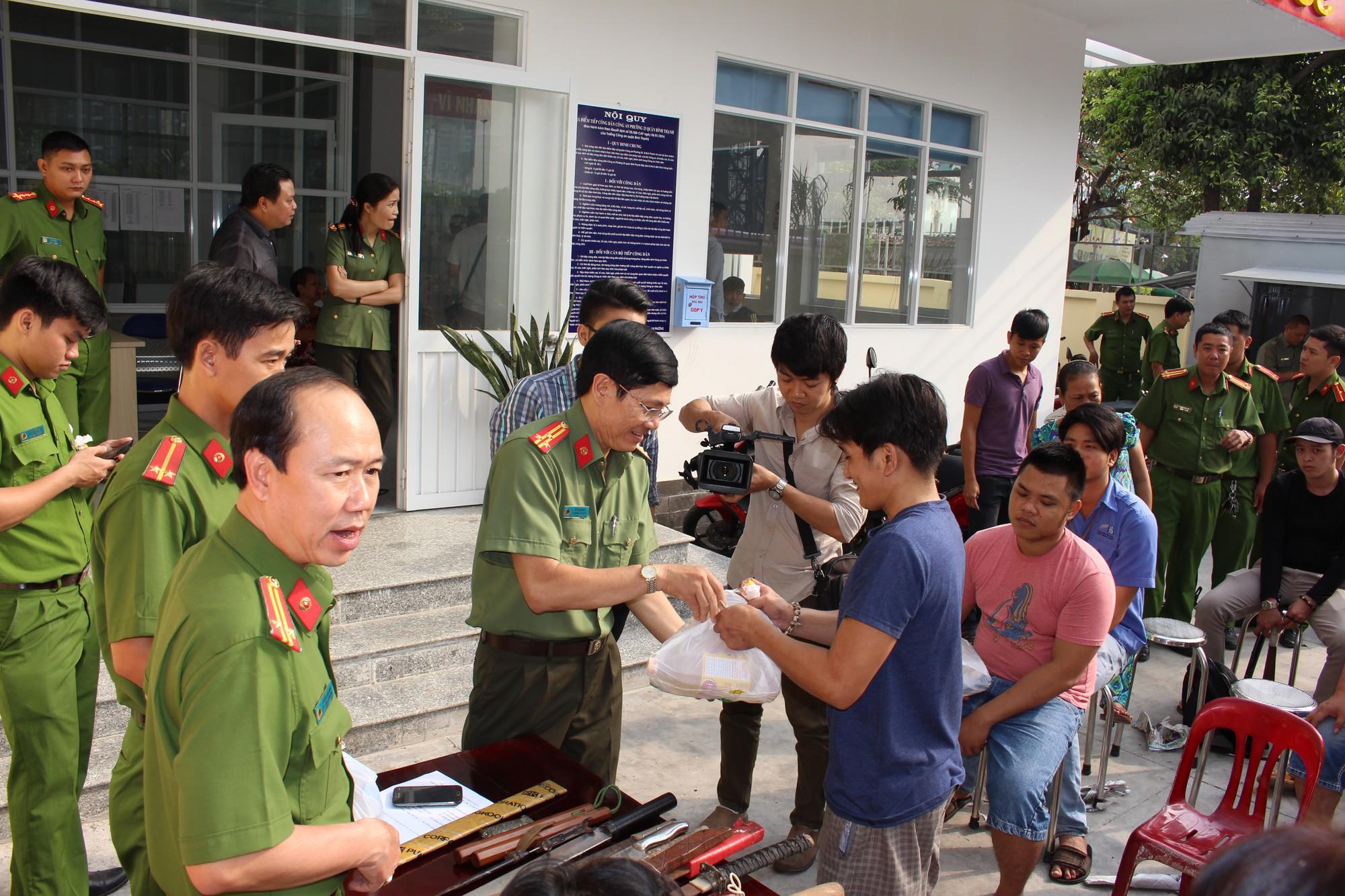 Người dân Sài Gòn mang hung khí đổi lấy quà tặng là dầu ăn và đường - Ảnh 2.