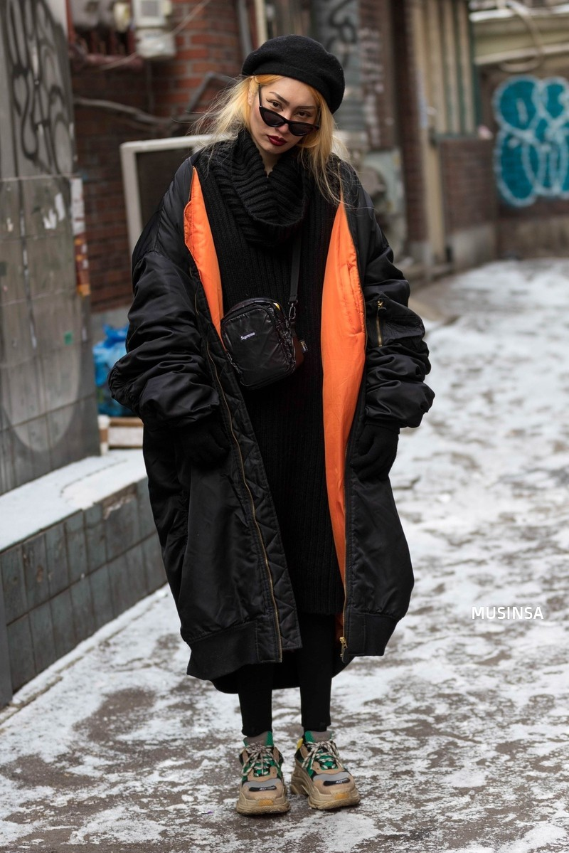 Street style Hàn Quốc: khi mặc vài ba chiếc áo khoác to sụ cùng lúc chẳng hâm chút nào mà lại chất hết nấc - Ảnh 1.