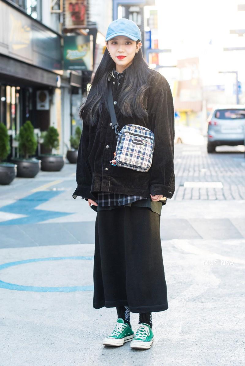 Street style Hàn Quốc: khi mặc vài ba chiếc áo khoác to sụ cùng lúc chẳng hâm chút nào mà lại chất hết nấc - Ảnh 9.