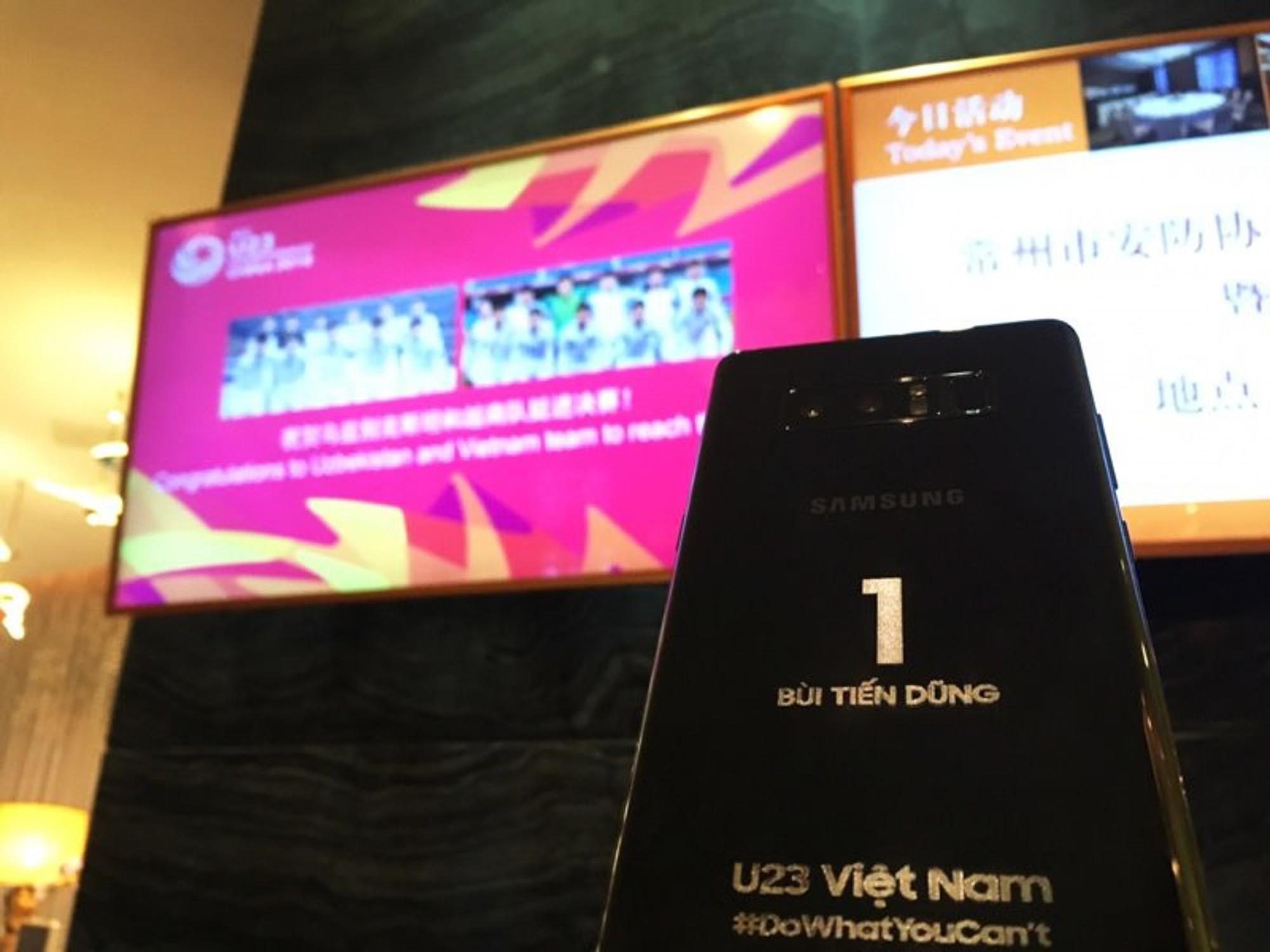 Samsung tặng mỗi cầu thủ U23 Việt Nam một điện thoại Galaxy Note 8 phiên bản hàng thửa - Ảnh 2.