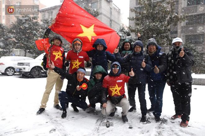 Rất đông cổ động viên Việt Nam sang Trung Quốc bất chấp thời tiết khắc nghiệt.