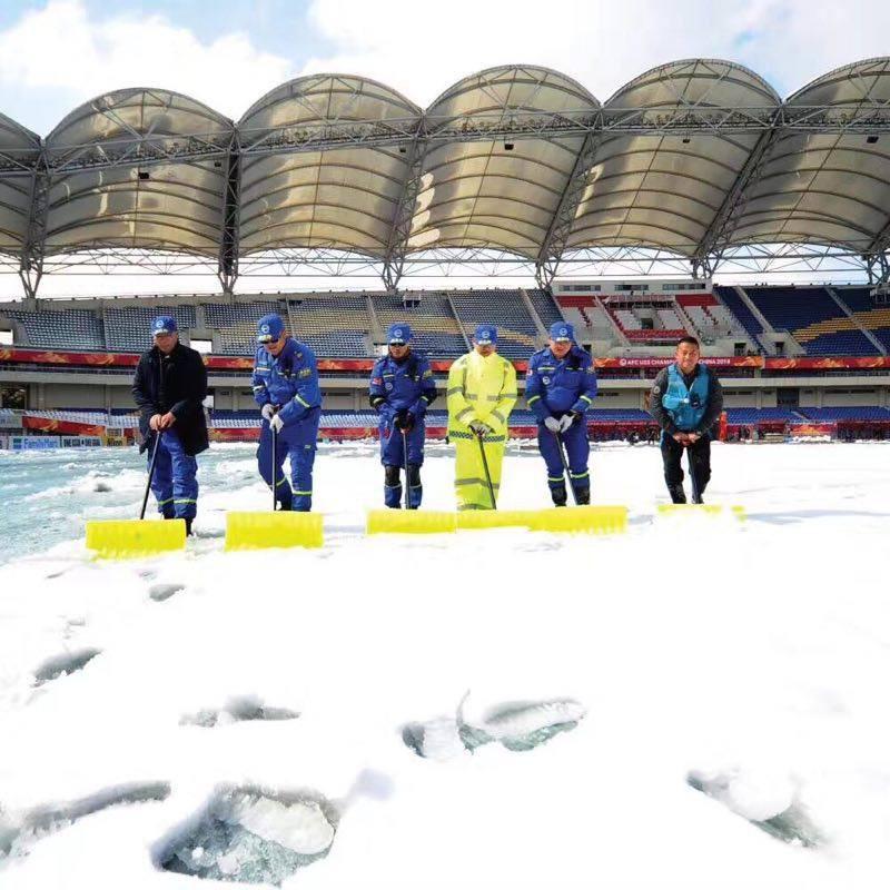 NÓNG: Cầu thủ U23 Việt Nam co ro dưới trời mưa tuyết, chuẩn bị di chuyển ra sân - Ảnh 2.