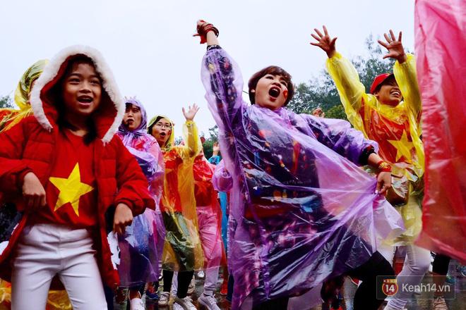 Nhiều bạn trẻ Sài Gòn đã đội nắng giữ chỗ ở phố đi bộ Nguyễn Huệ, chờ xem trận chung kết lịch sử của U23 Việt Nam - Ảnh 1.
