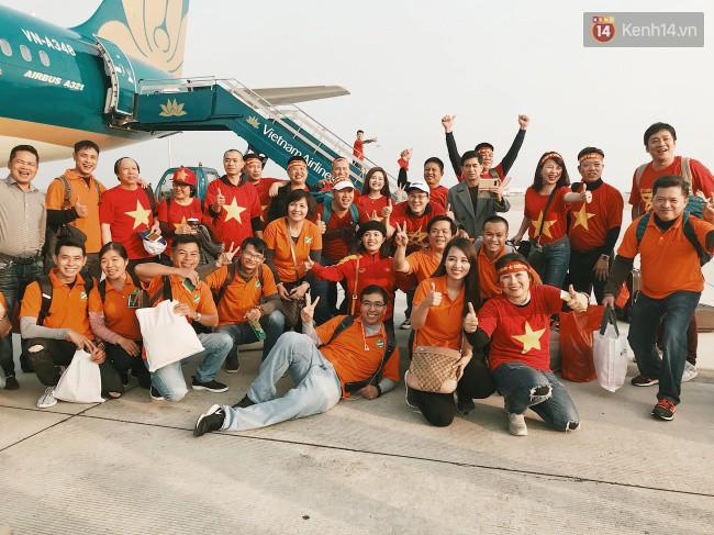 """Sân bay Tân Sơn Nhất """"nhuộm"""" màu đỏ rực khi rất đông hành khách lên đường cổ vũ U23 Việt Nam"""