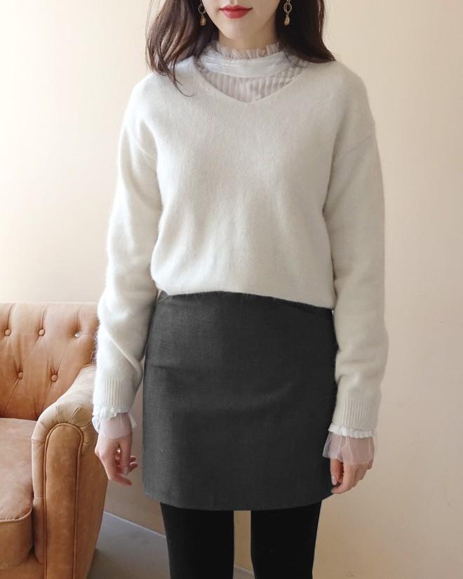 Học cách kết hợp áo len mới nhất này của các quý cô Hàn để diện Tết ngay còn kịp - Ảnh 2.