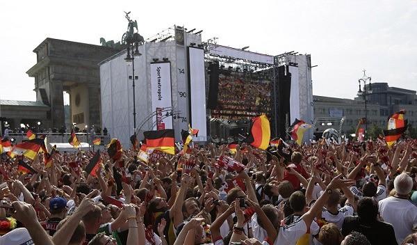 Văn hoá cổ vũ trên thế giới: Người Anh cuồng nhiệt trong chuẩn mực, người Đức đã xem bóng đá là phải uống bia